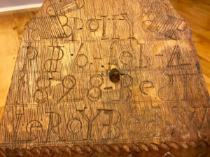 Inscription on table around the hole for drive wheel post.
