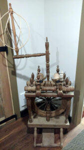 Log top double-flyer wheel with bird-cage distaff
