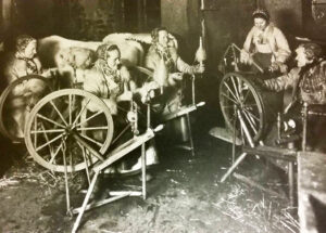 Photo of women and spinning wheels. Courtesy of the Dalarnas Museum.